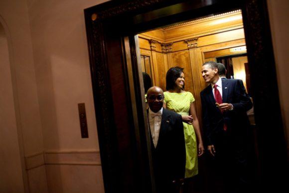 barack-obama-michelle-obama-love-story-romance-photos-11