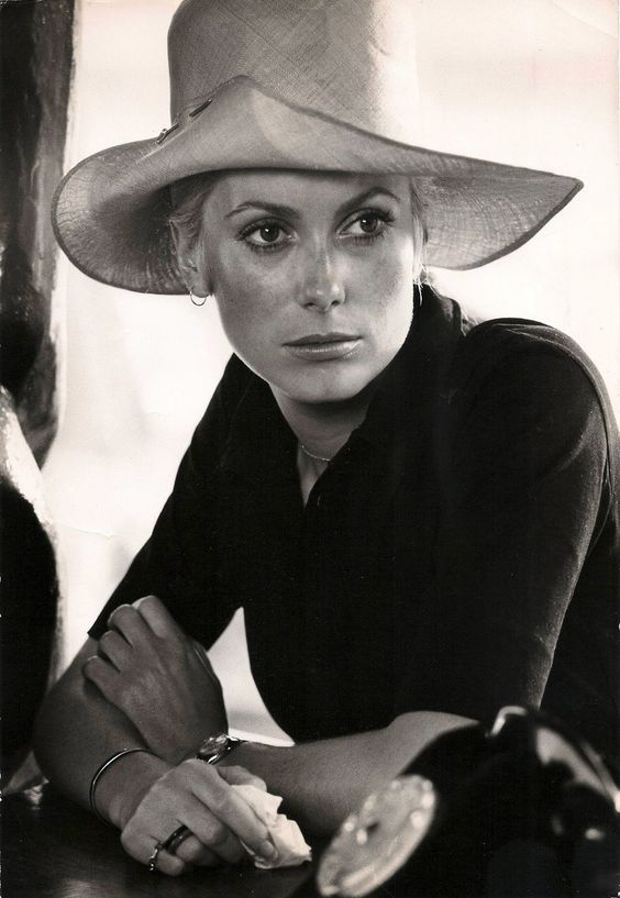Where can I get that hat now? And notice the restrained use of jewelry. This is exactly the mood I want to capture for spring. Top photo by David Bailey, her husband from 1965 to 1972.